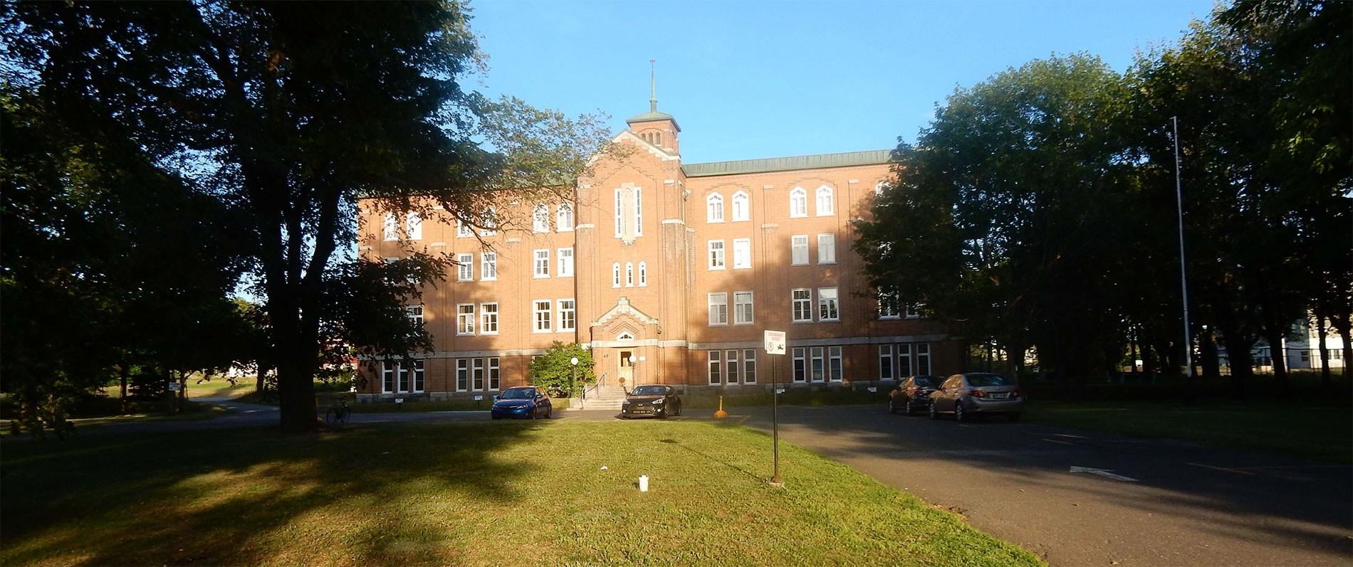 Le Grand Séminaire est situé près du CEGEP, de l'Institut maritime, de l'UQAR, de l'Hôpital et du centre ville.